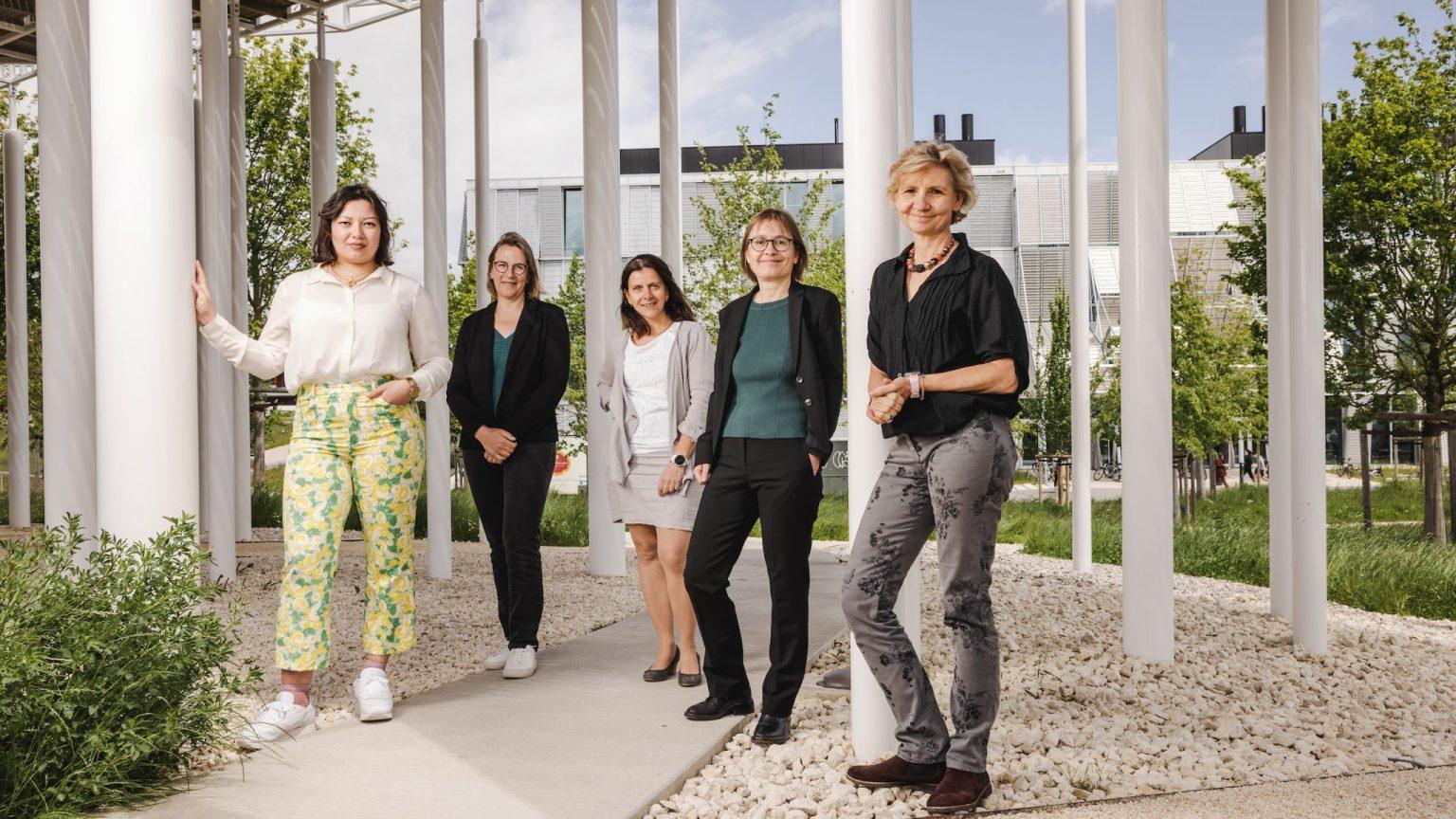 De gauche à droite: Natasha Stegmann, Kristin Becker von Slooten, Chantal Mellier, Helene Füger, Gisou van der Goot © Niels Ackermann / Lundi13 (2021)