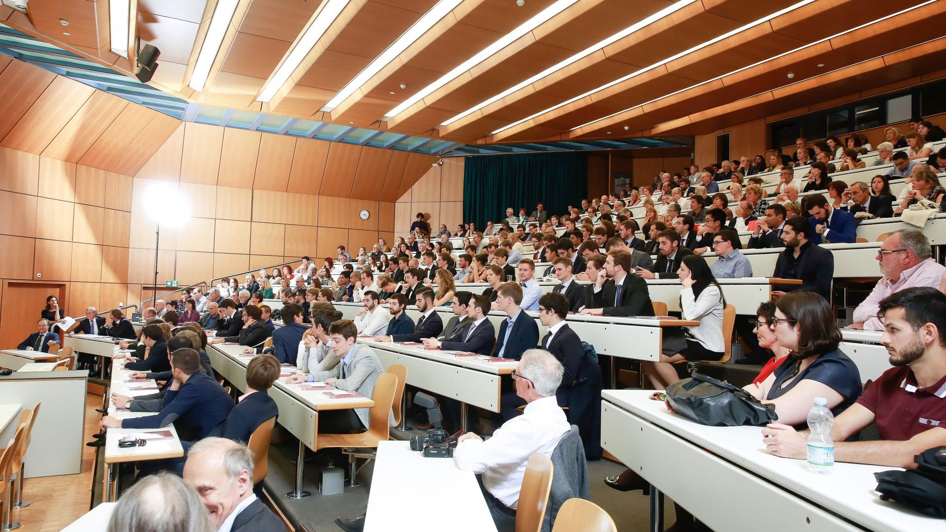 Une salle pleine durant la remise des Masters en microtechnique