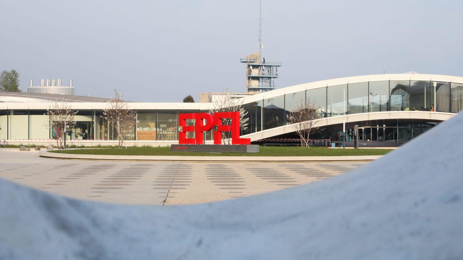 Logo de l'EPFL sur la Place Cosandey