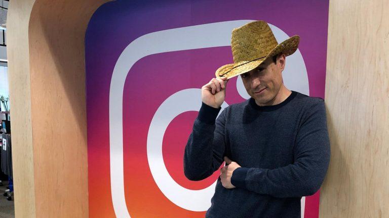Portrait de Rodrigo Schmidt devant le logo d'Instagram © Rodrigo Schmidt
