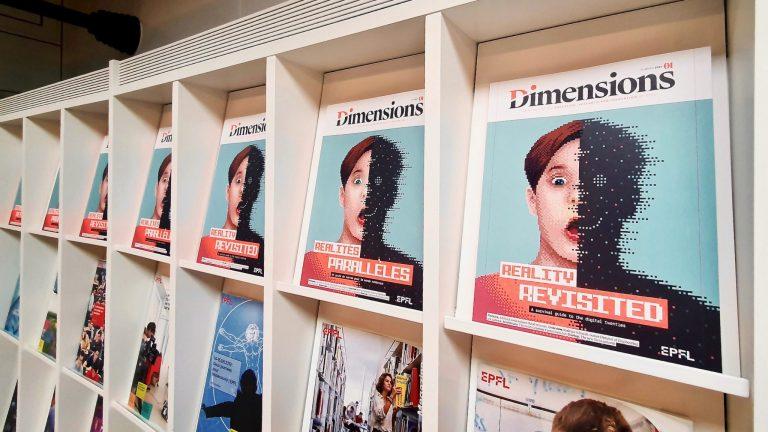 Plusieurs exemplaires du magazine Dimensions exposés sur des rayons