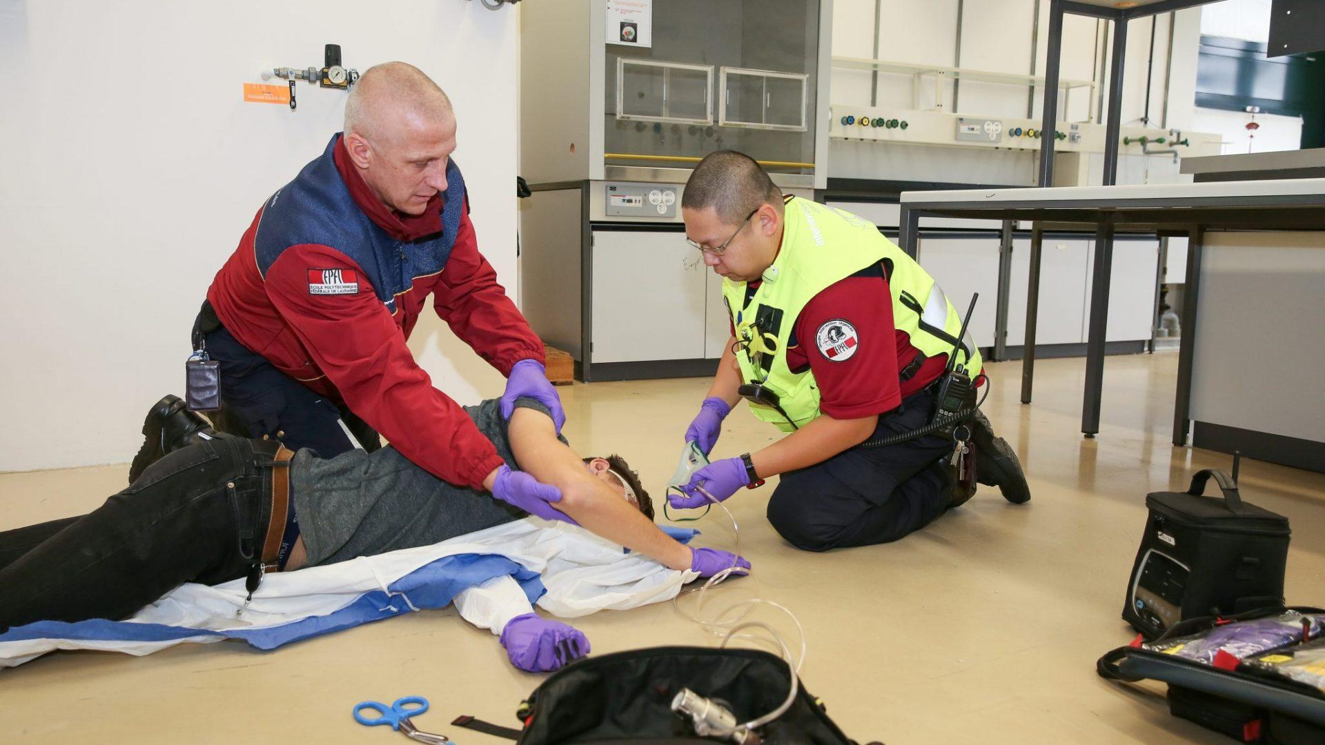 Deux personnes s0occupant d'un blessé à terre