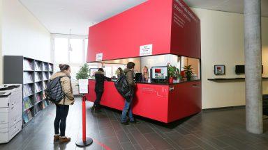 Des gens patientant devant le guichet étudiants de l'EPFL