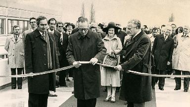 Hans Hürlimann, conseiller fédéral, coupe un ruban d'inauguration et est entouré de Maurice Cosandey, président de l'EPFL et Huber, directeur des constructions fédérales.