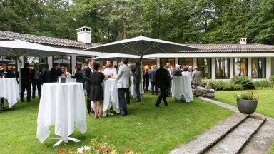 Garden Party des Alumni Gold en septembre 2017. Devant une maison, plusieurs personnes sur leur 31 prennent l'apéritif.