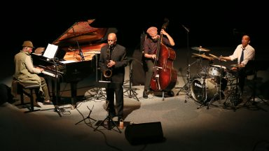 Kelvin Sholar au piano, Fuasi Abdul Khaliq au saxophone ténor, Charles Sammons à la contrebasse et Eric Vaughn à la batterie