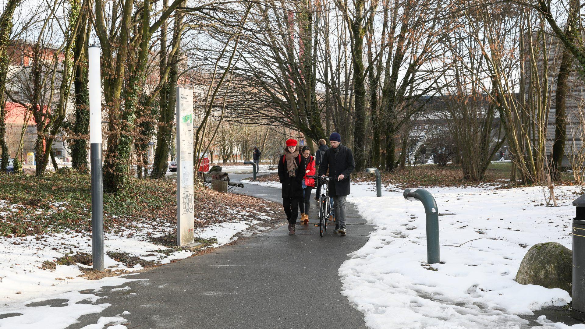 Des étudiants marchant dans la neige