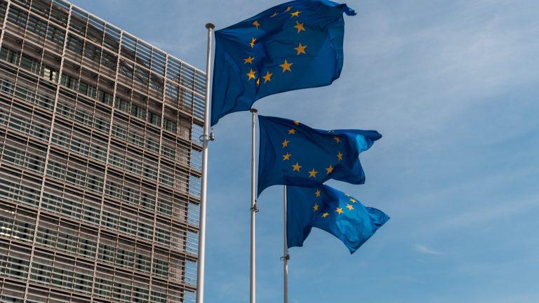 drapeaux européens devant le parlement européen