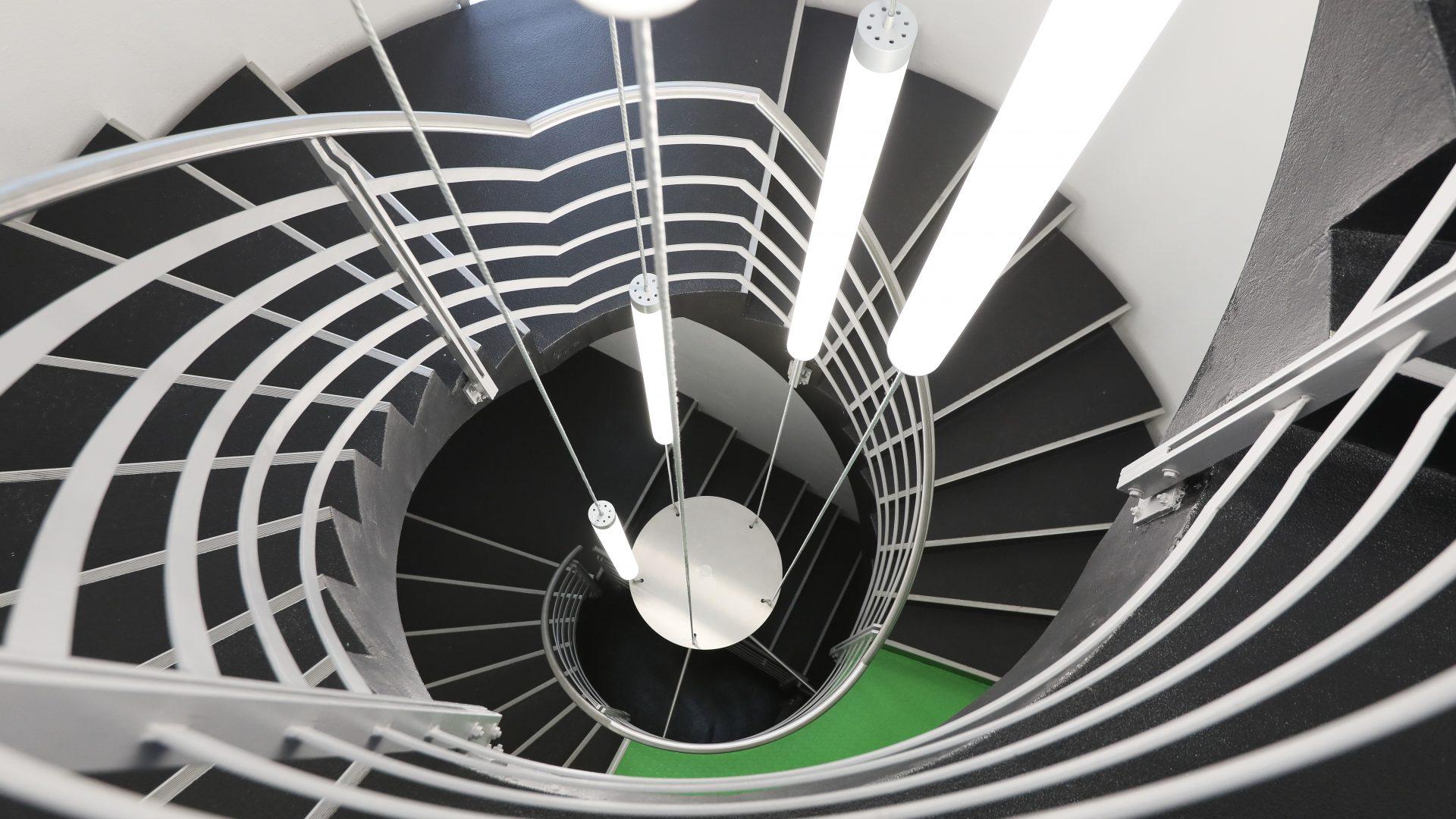 Vue plongeante sur la cage d'escaliers du bâtiment A de l'Innovation Park