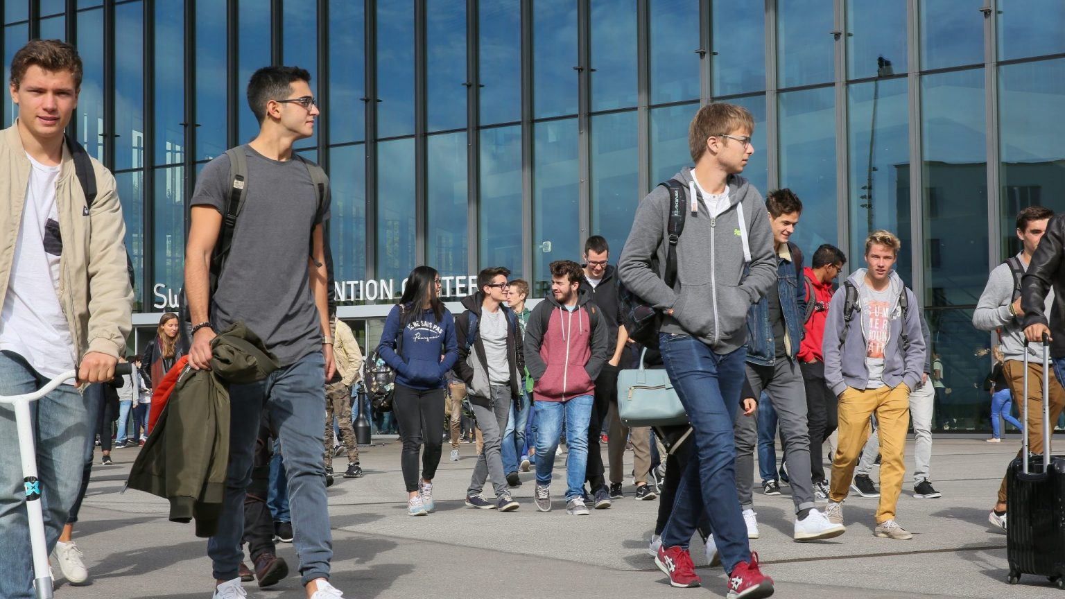 Des étudiants sortant du Swisstech Convention Center lors de la rentrée 2017