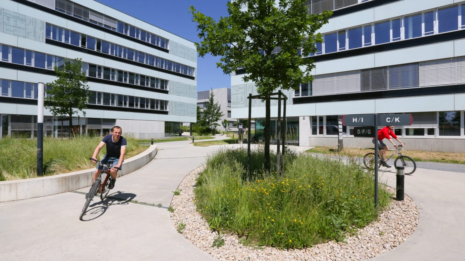 Deux personnes à vélo dans l'Innovation Park © DR