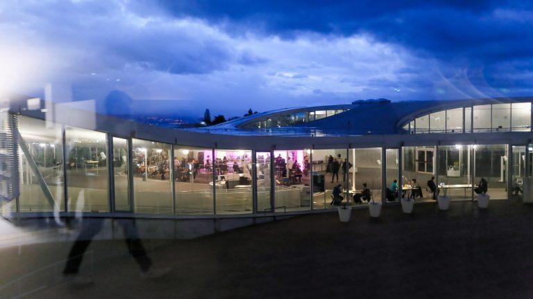 Le Rolex Learning Center, vu de nuit
