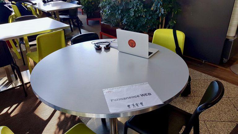 Les nouveaux quartiers de la permanence web, dans la cafétéria de l'Esplanade