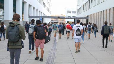 Des étudiants, de dos, marchant etre le BP et le BM © Murielle Gerber / EPFL 2018
