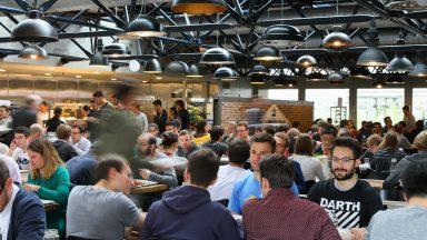 Des personnes mangeant dans un des restaurants de l'EPFL