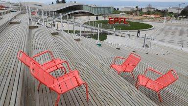 Chaises rouges zone Agora EPFL