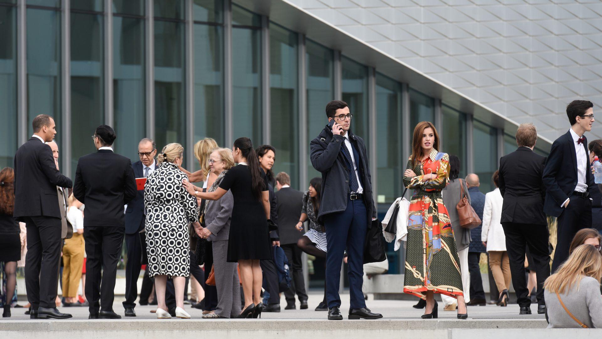 Des étudiantes et des étudiants attendant à l'extérieur du SwissTech Convention Center, lors de la Magistrale 2018