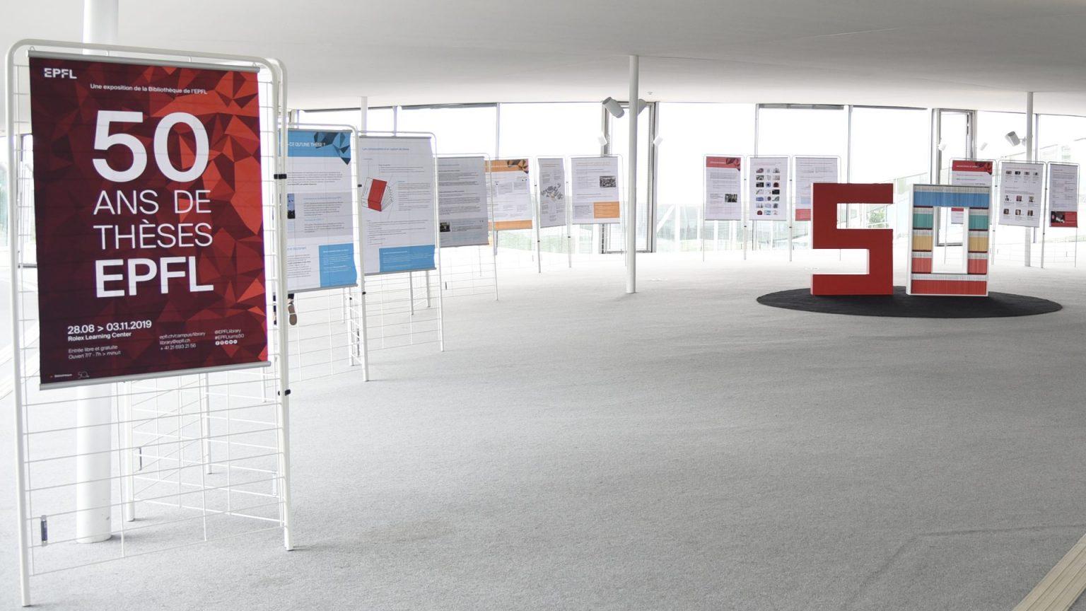 Des panneaux dans le Rolex Learning Center à l'occasion des 50 ans de l'EPFL
