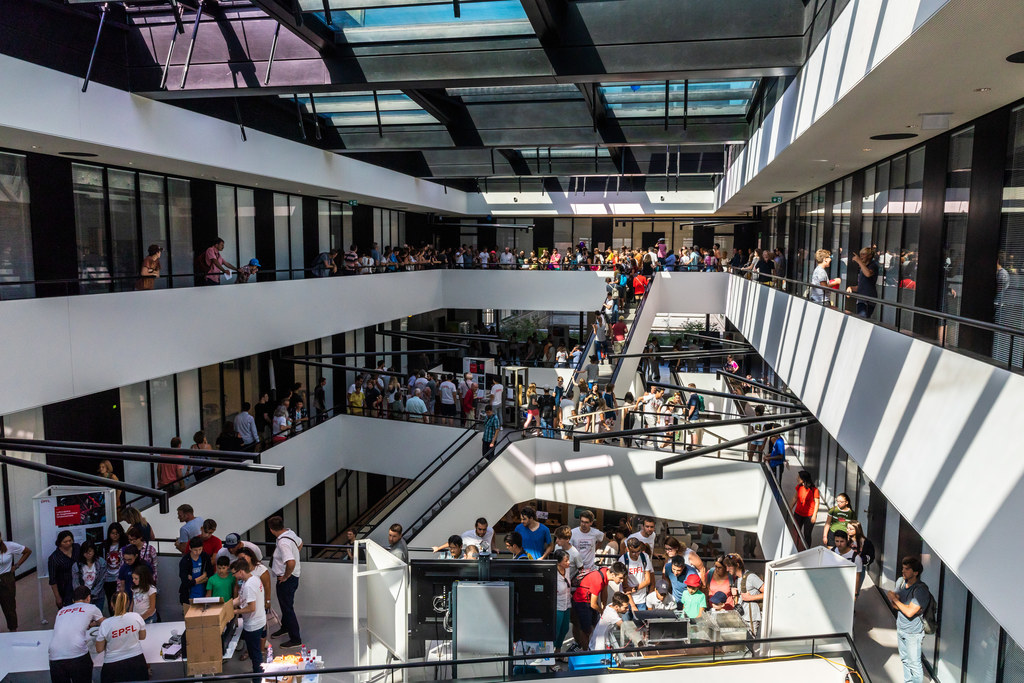 Vue du hall MED pendant les portes ouvertes EPFL 2019. Visiteurs nombreux dans les escaliers
