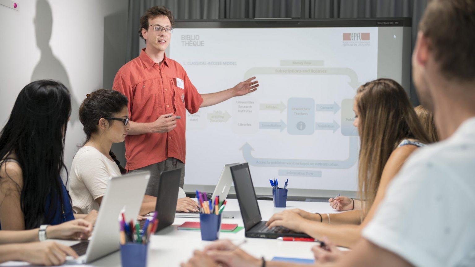 L'équipe de la Bibliothèque donne une formations aux étudiants de l'EPFL.