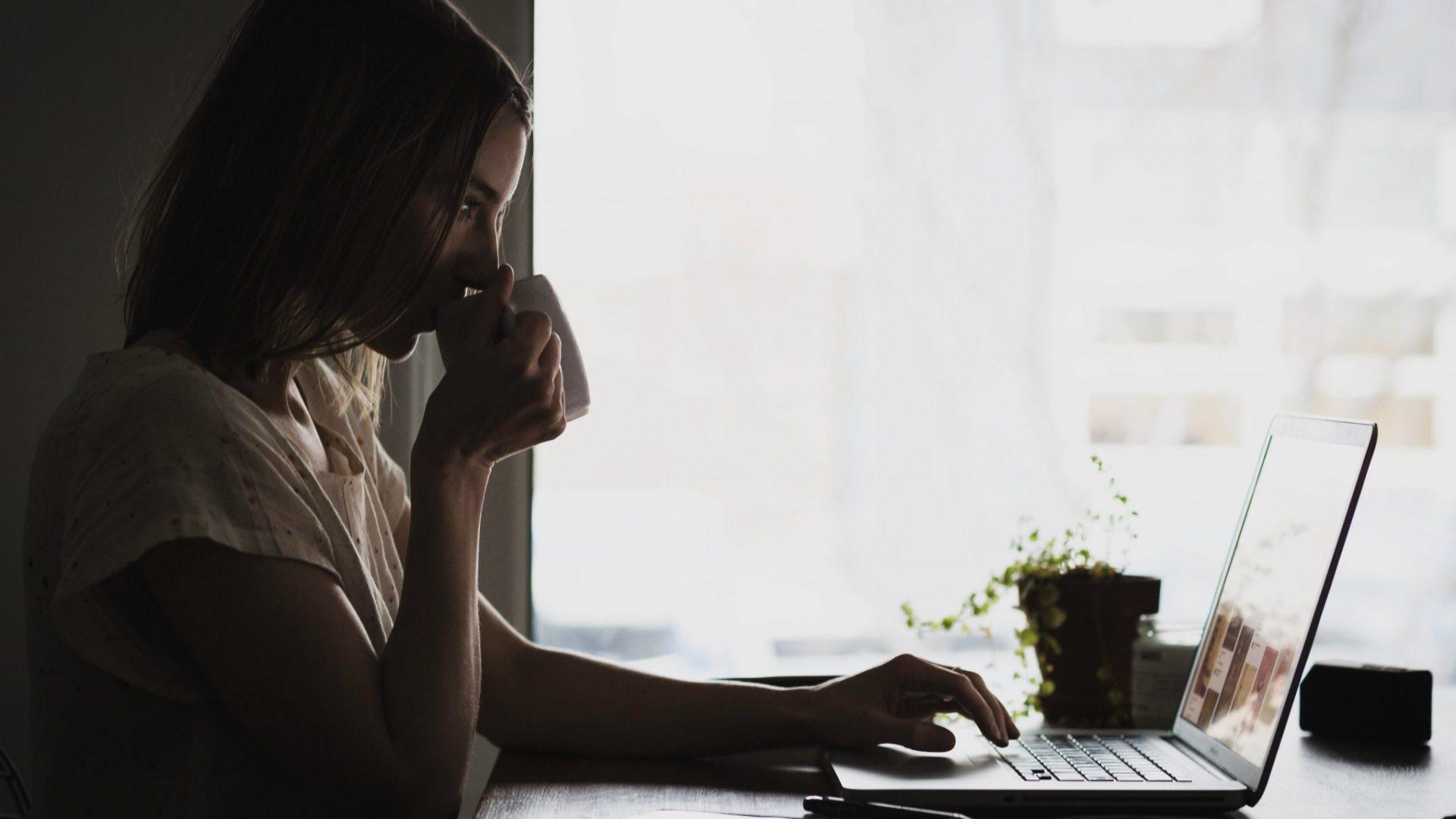 Une femme travaillant devant son ordinateur