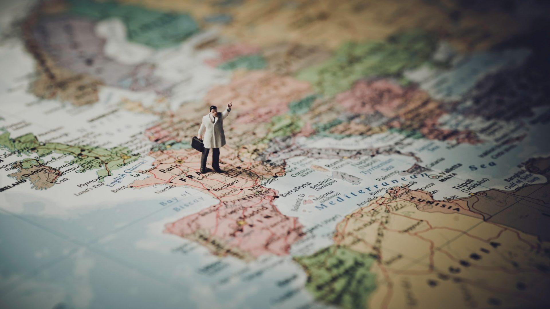 Une figurine sur une carte géographique