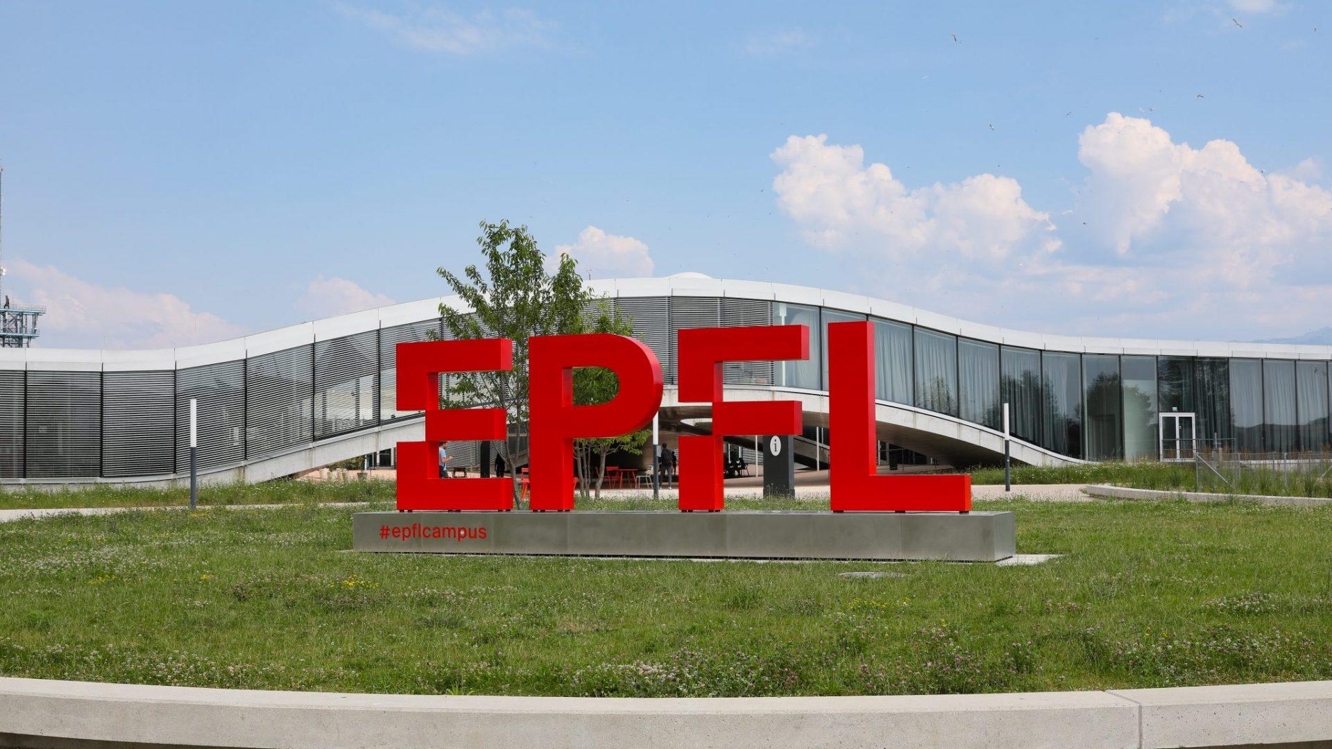 Le logo de l'EPFL sur la place Cosandey