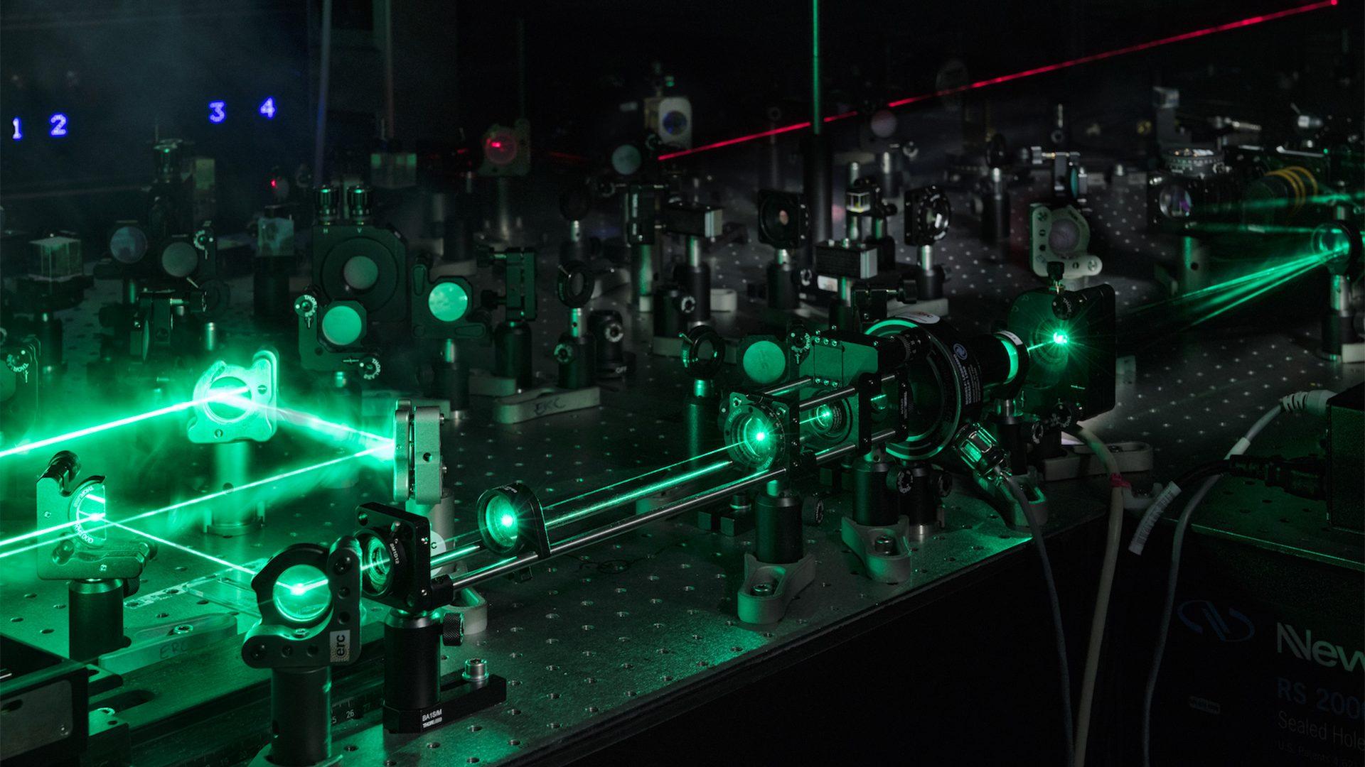 Impulsions de lumière laser verte générées pour sonder les modifications - à l'échelle de la picoseconde - survenant dans les matériaux transparents lors de l'exposition à des impulsions laser ultra-courtes et intenses