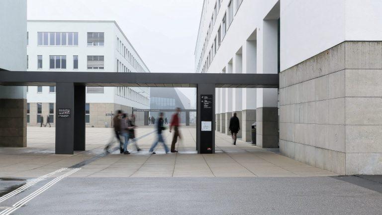 Des personnes floues se déplaçant à l'EPFL