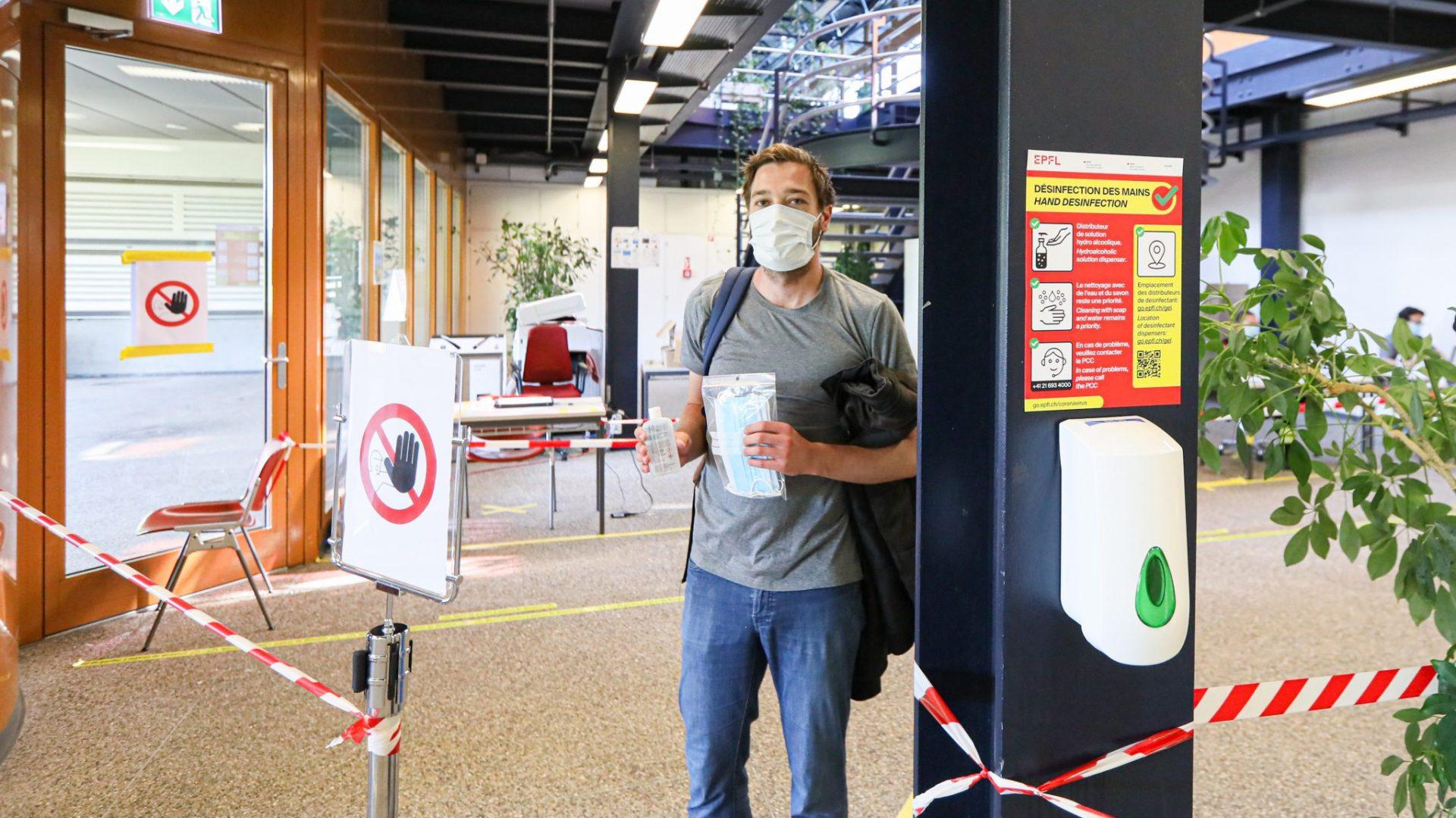 Une personne sortant du DSPS avec un masque sur le visage