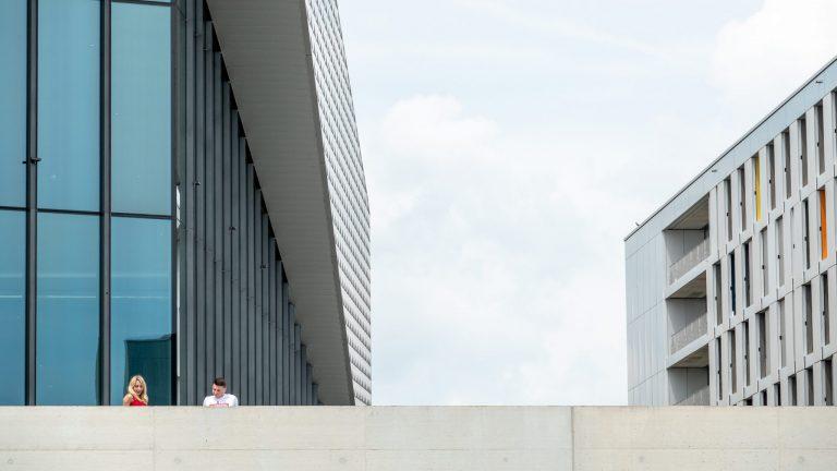 Deux étudiants devant le SwissTech Convention Center