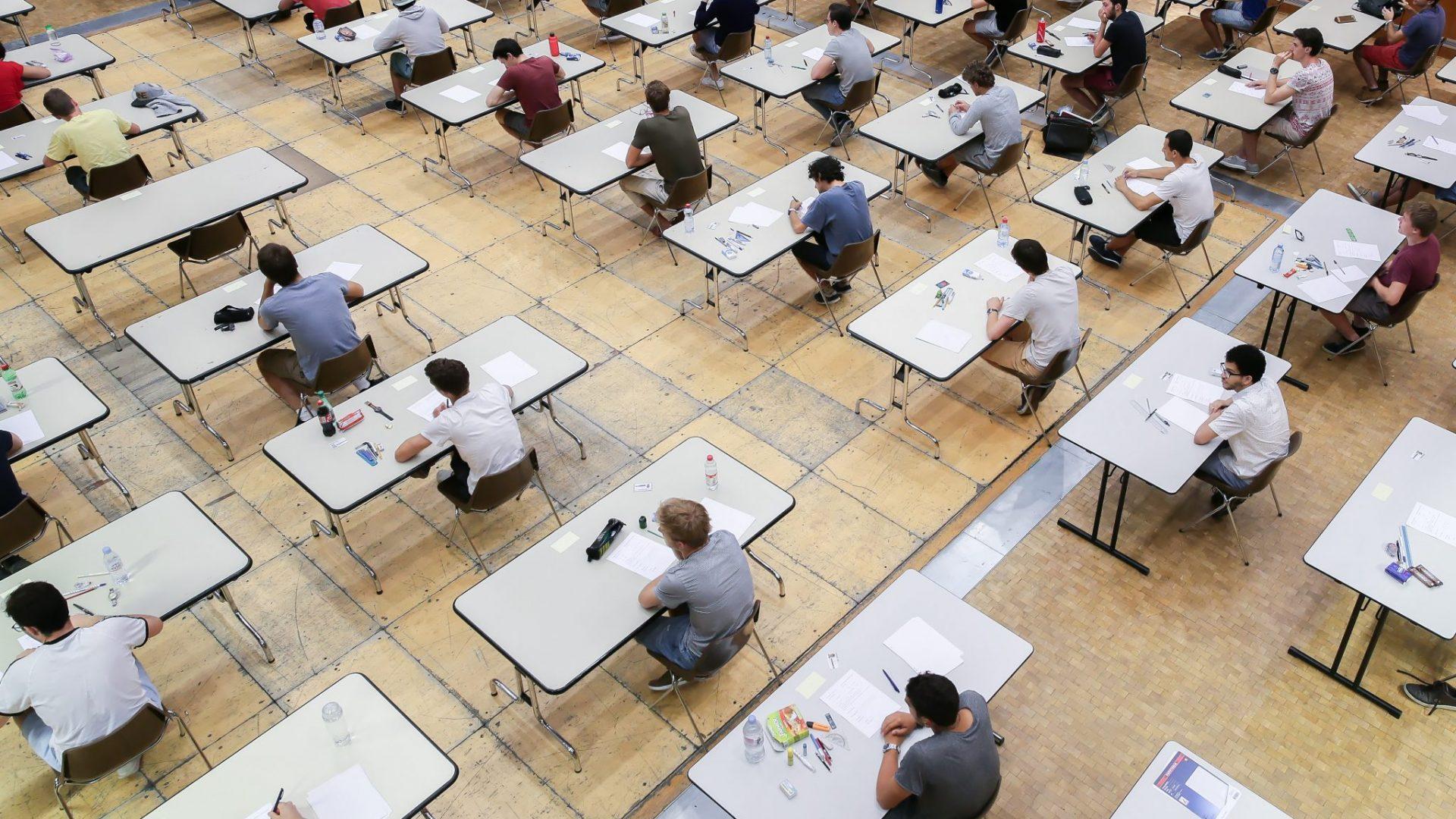 Des étudiants durant leurs examens, en 2017, assis à des tables distantes