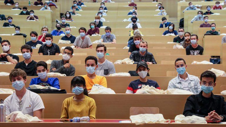 Un auditoire à l'EPFL avec des étudiant·e·s masqué·e·s