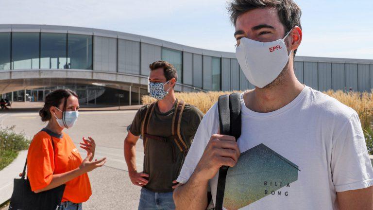 Des étudiant·e·s devant le Rolex Learning Center, masque sur le visage © Alain Herzog / EPFL 2020