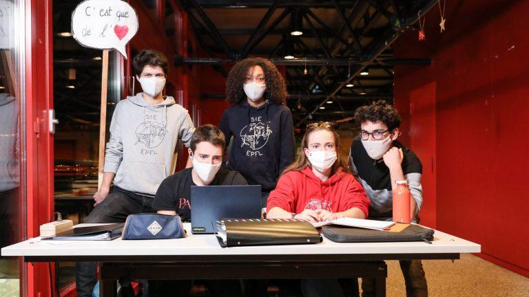 Des étudiants en sciences de l'ingénierie et de l'environnement travaillant ensemble © Alain Herzog / EPFL 2020