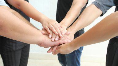 Mains se tenant ensemble © Shutterstock