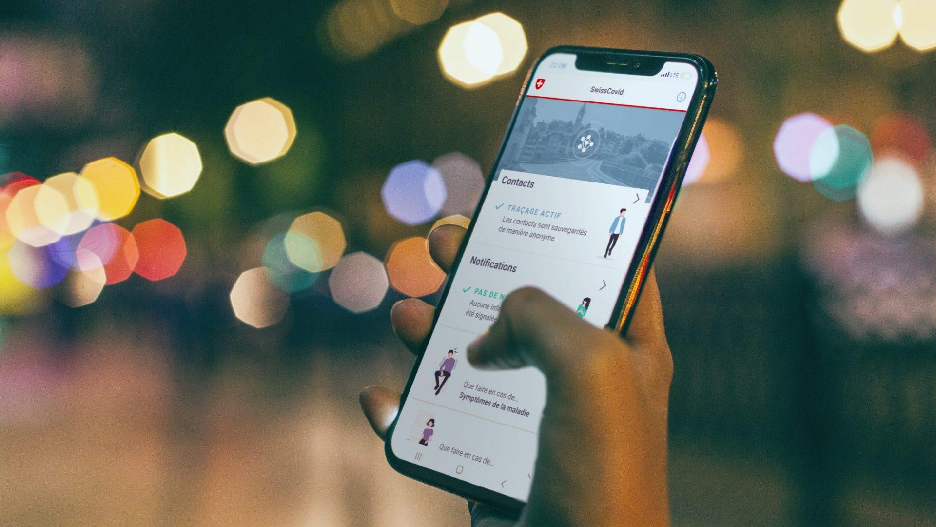 Main tenant un téléphone avec la nouvelle apllication SwissCovid © Daria Shevtsova, Pexels / EPFL