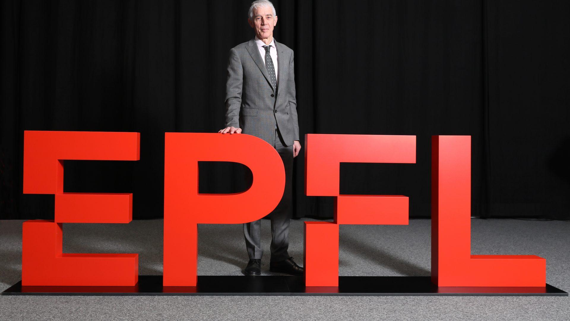 Martin Vetterli, président de l'EPFL, dévoile le nouveau logo de l'Ecole.