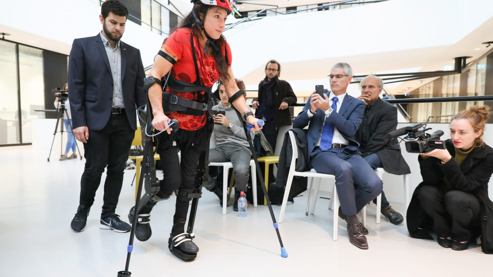 L'athlète handisport Silke Pan testant l'Exosquelette TWIICE