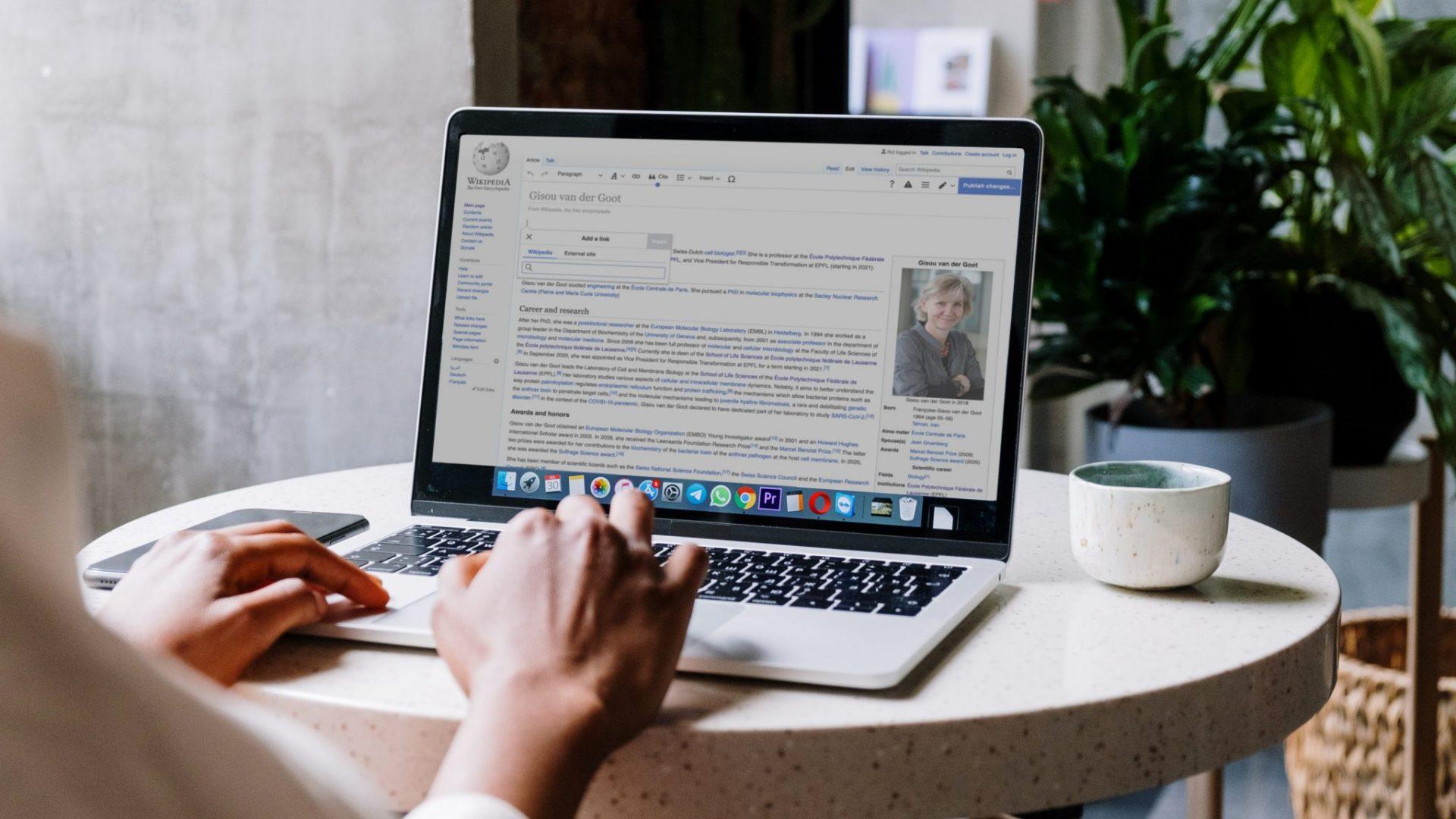 Une personne, de dos, éditant une page Wikipedia