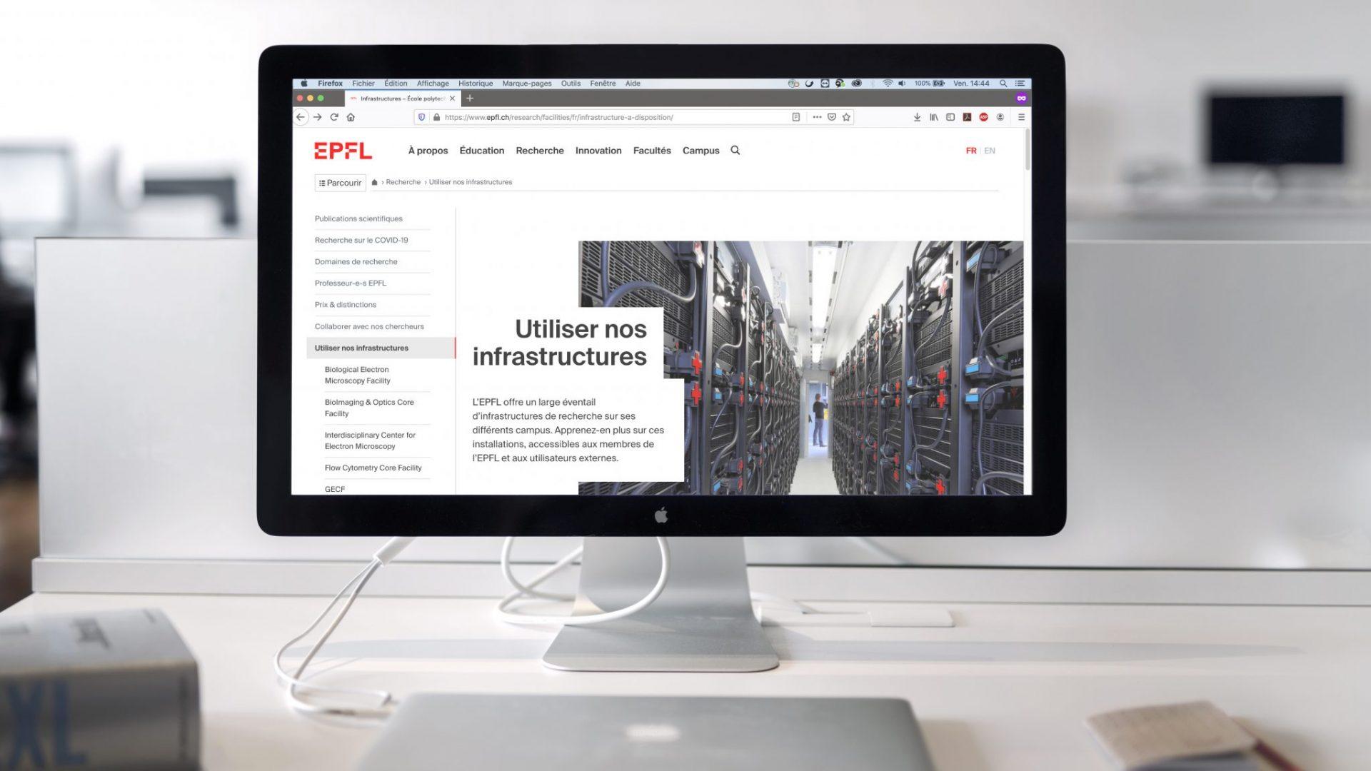 Un bureau avec un ordinateur affichant le site Internet de l'EPFL