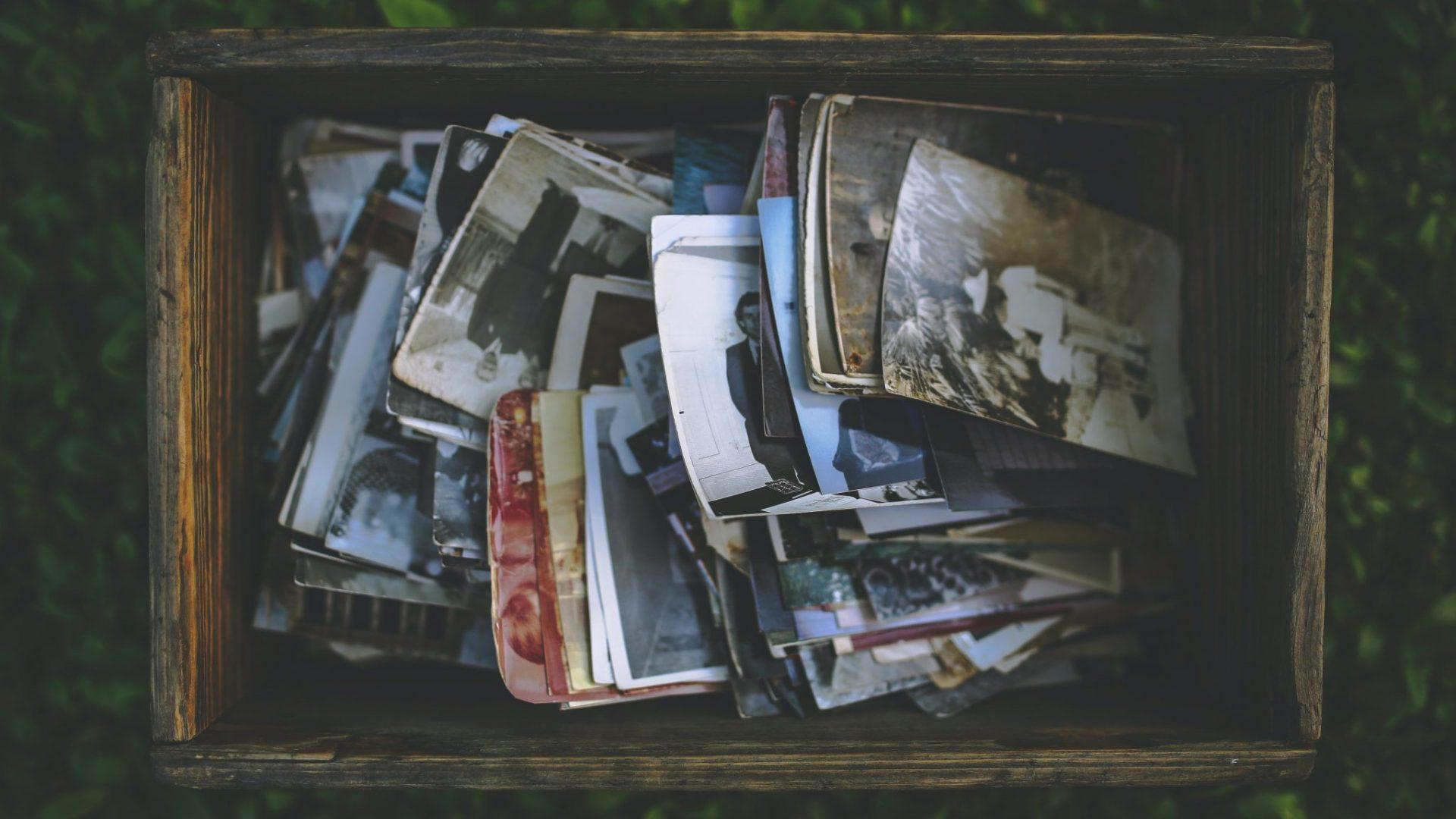 De vieilles photos dans une malle