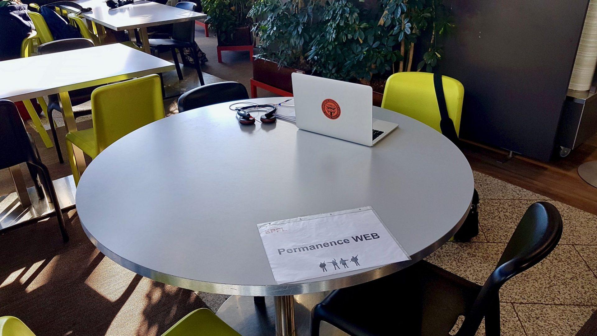 Une table, à la Coupole, avec un ordinateur posé dessus