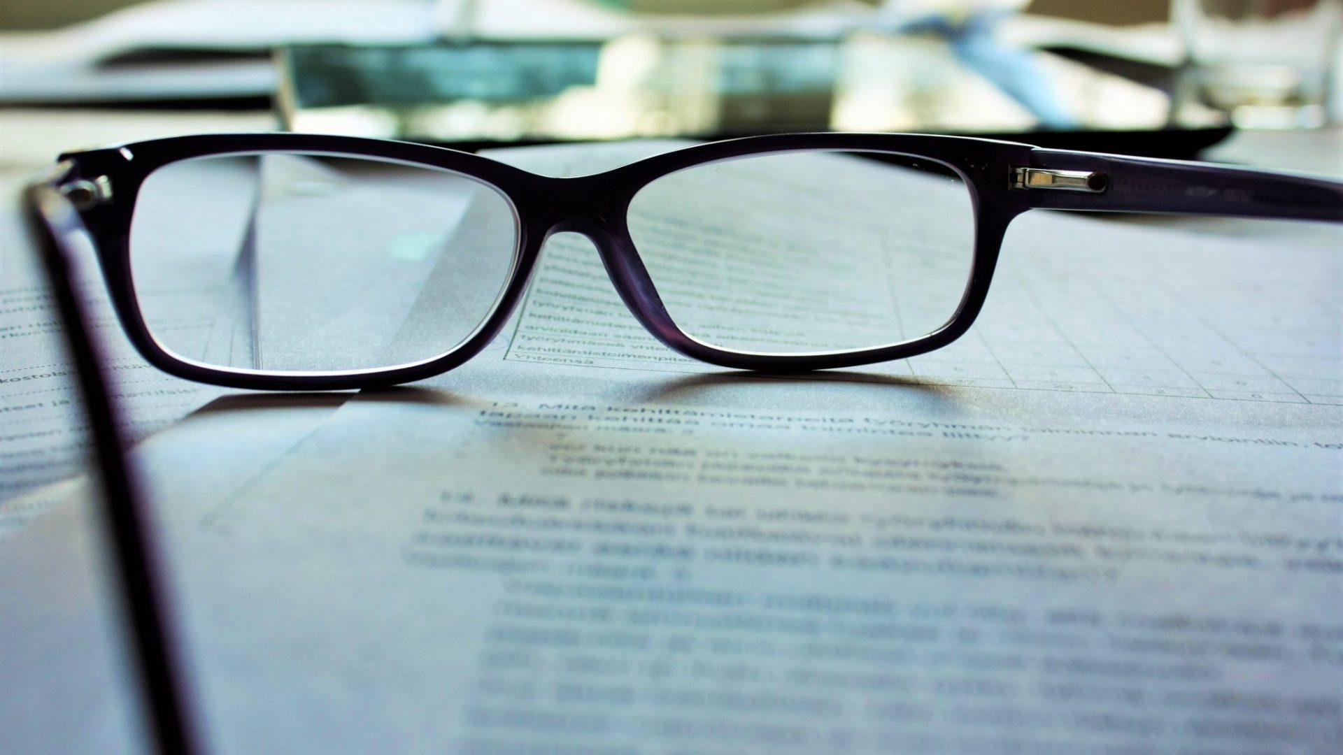 Une paire de lunettes sur des documents