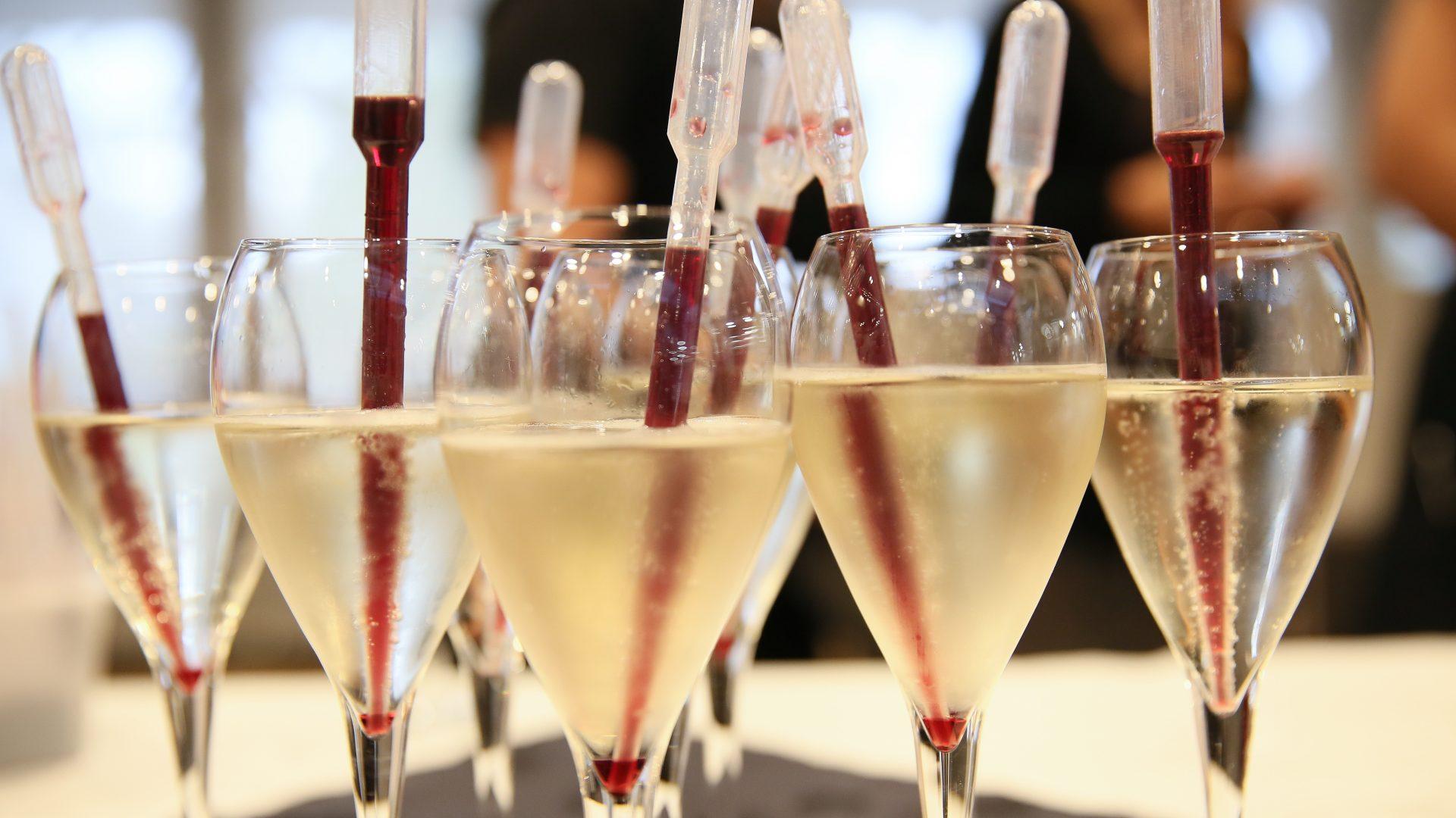 Verres de champagne lors des 20 ans du Labo de Chimie