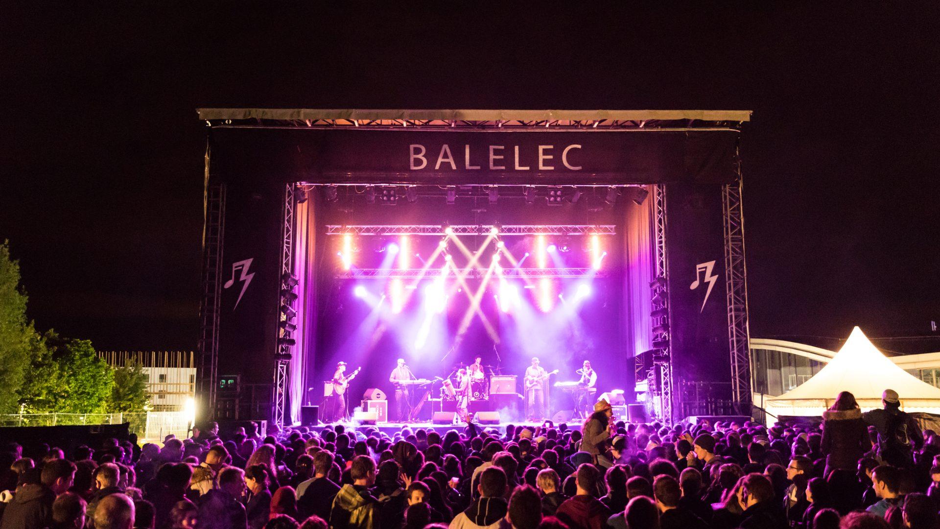 Photo de la grande scène, de nuit, durant Balélec 2017