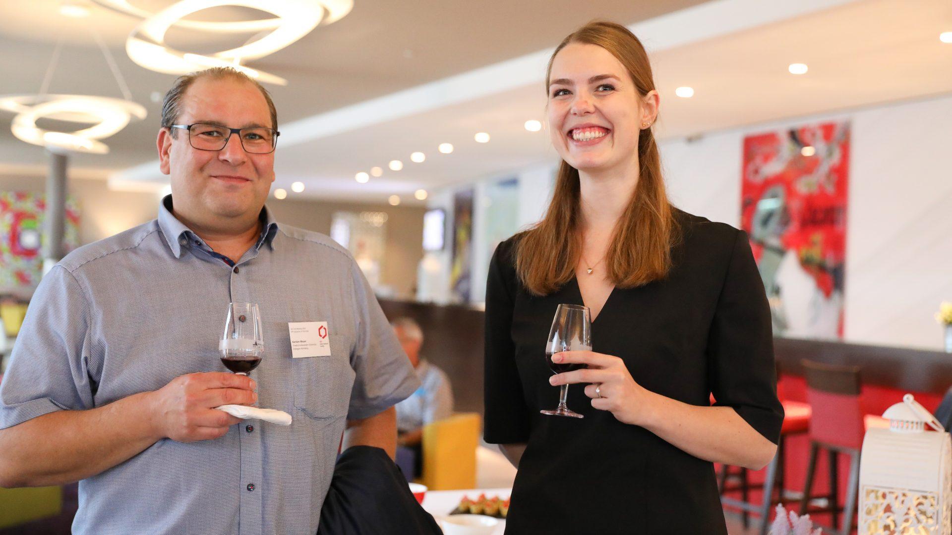 Deux personnes durant un apéritif SCS Fall Meeting 2018, tenant un verre