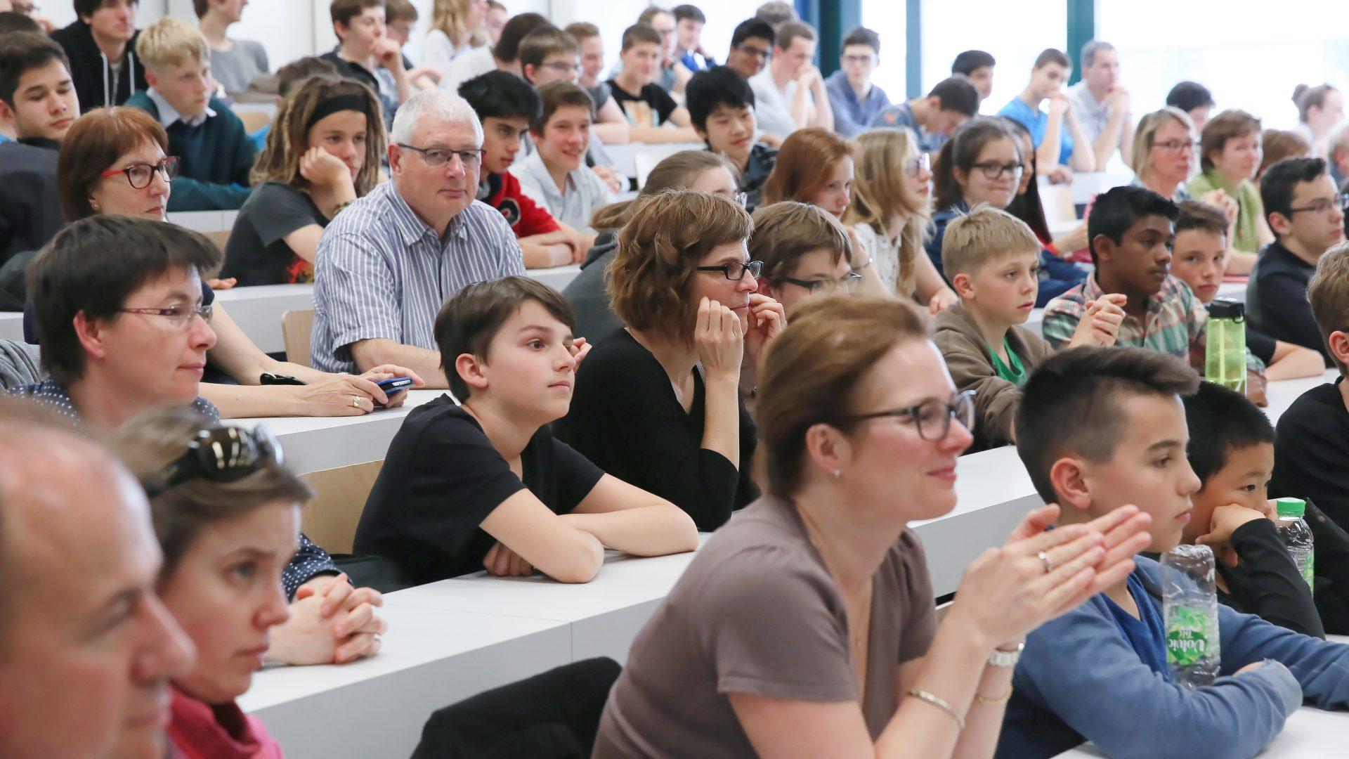 Une salle de cours à l'EPFL. Plusieurs personnes assises