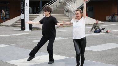 Deux membres de SquareDance faisant une démonstration de danse sur l'Esplanade de l'EPFL