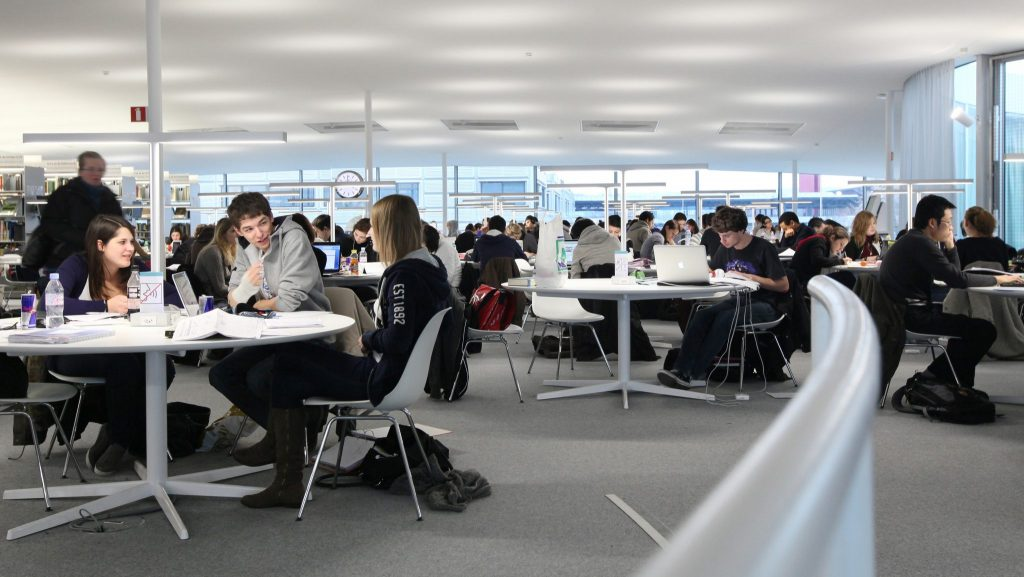 Des étudiants à la bibliothèque du Rolex Learning Center.